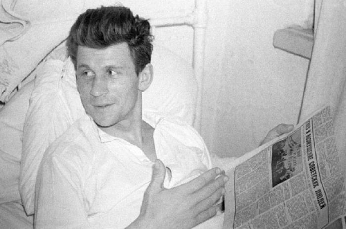 Старший лейтенант Виталий Бубенин, получивший ранения в бою во время провокации на советско-китайской границе на острове Даманском на реке Уссури 2 марта, проходит лечение в госпитале./Фото: klevo.net